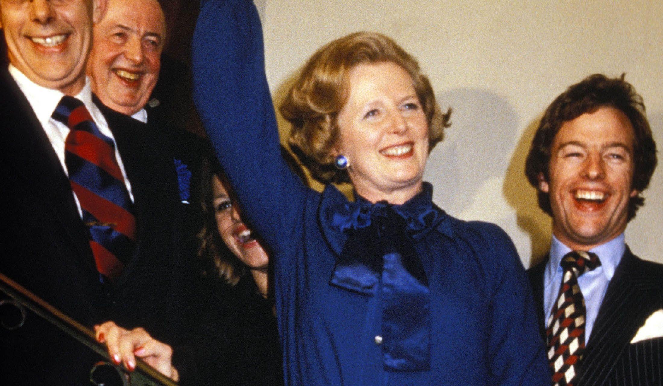 ブルーのスーツを着こなすマーガレット・サッチャー