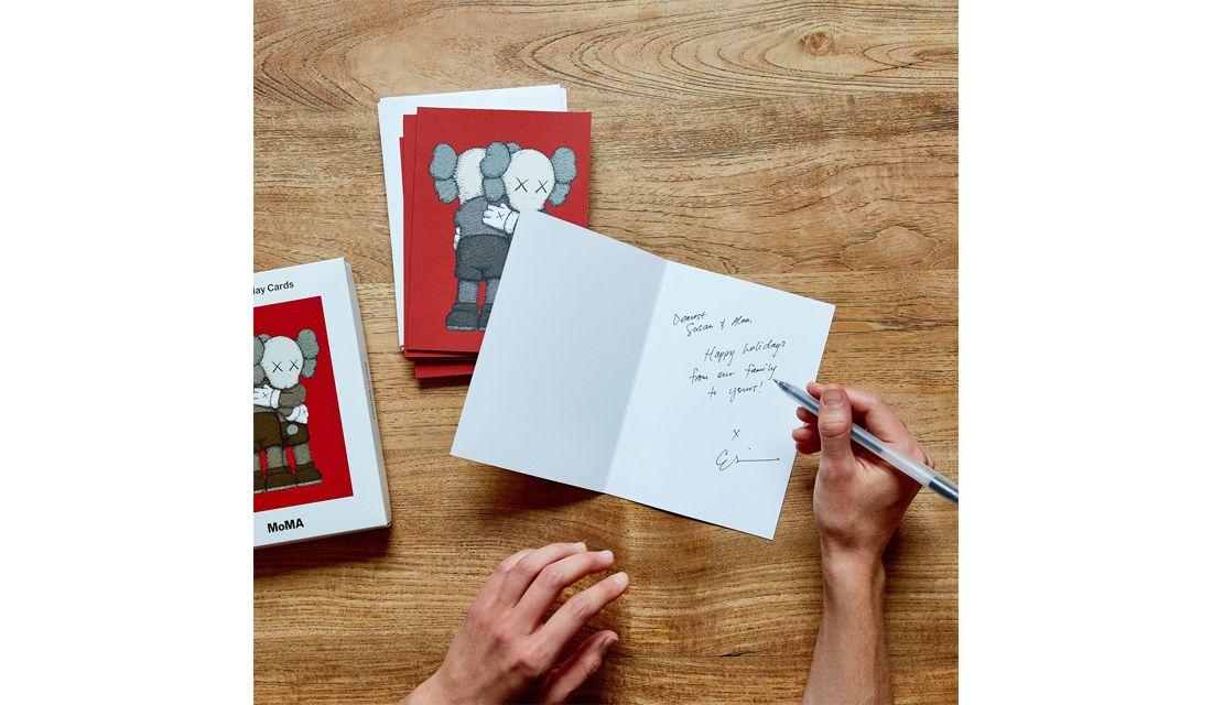 東京・表参道、京都、ロフトにある、ニューヨーク近代美術館(MoMA)のショップ、MoMA Design Storeの限定品、人気アーティストKAWSのクリスマスカードを描く手