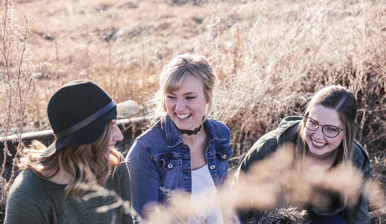笑いあう3人の女性たち