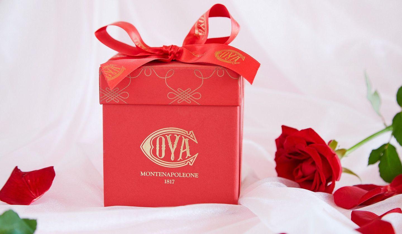 赤色の四角い箱に入ったチョコレート