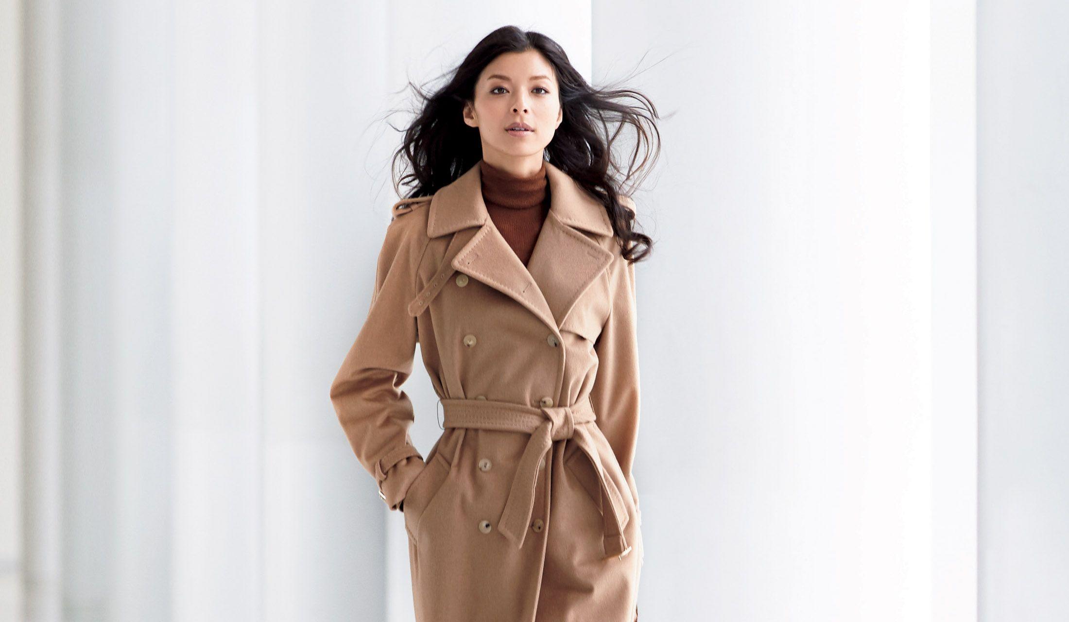 ベージュのコートをまとった女性