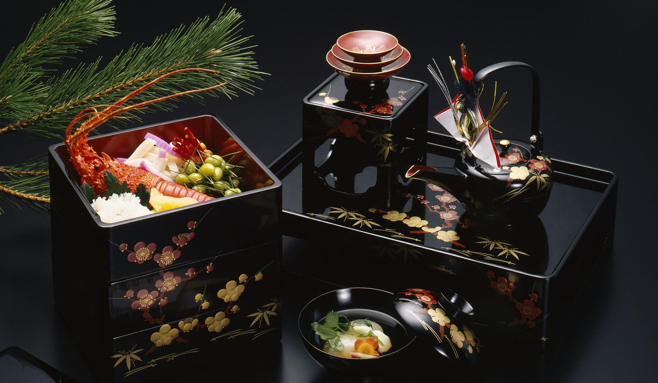 重箱に入ったおせ料理とお屠蘇(おとそ)