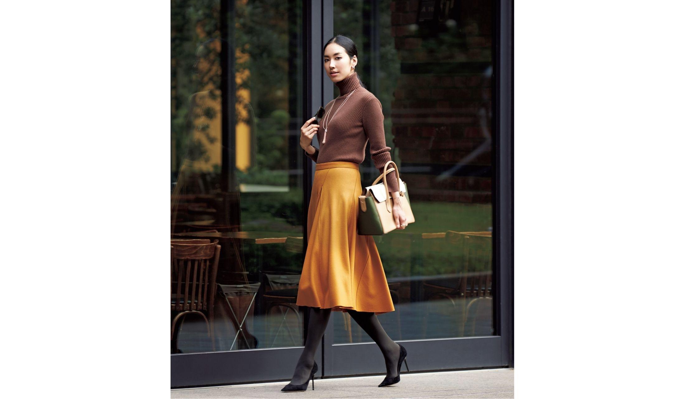 分量感のあるマスタードのフレアスカートを着こなす立野リカ