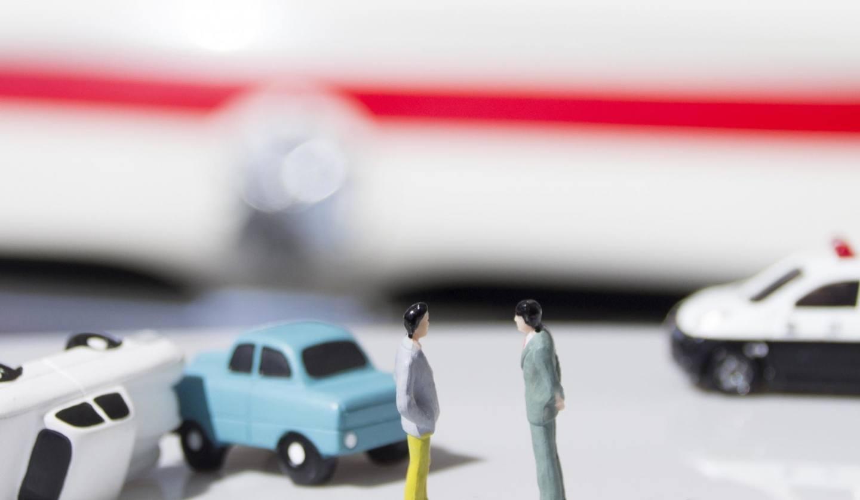 交通事故を起こしている車の模型と人の模型