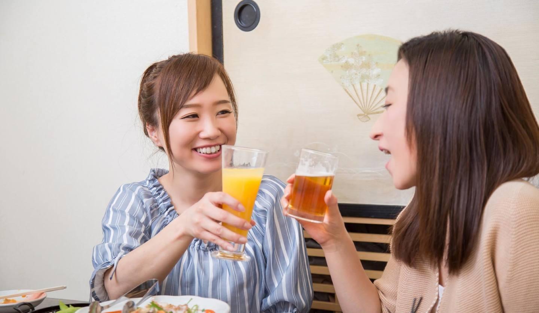 乾杯をする女性2名