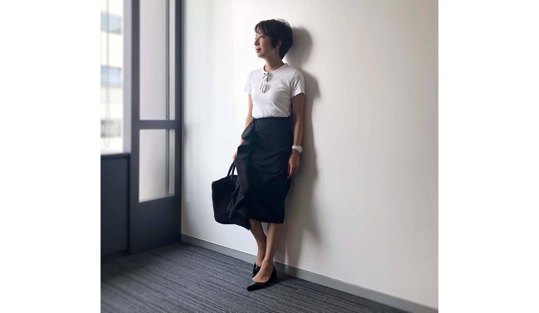 白Tシャツに黒のタイトスカートを合わせたコーディネート