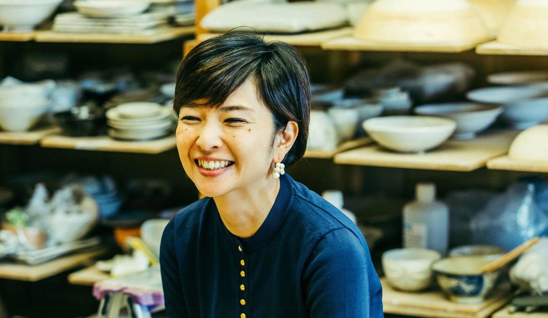 アトリエで微笑む陶芸家・岡崎裕子さん