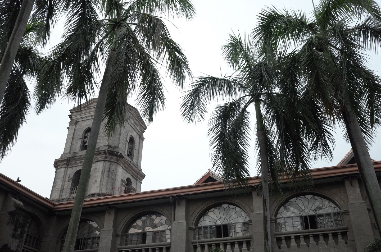 マニラの世界遺産の教会の中庭から見た外観