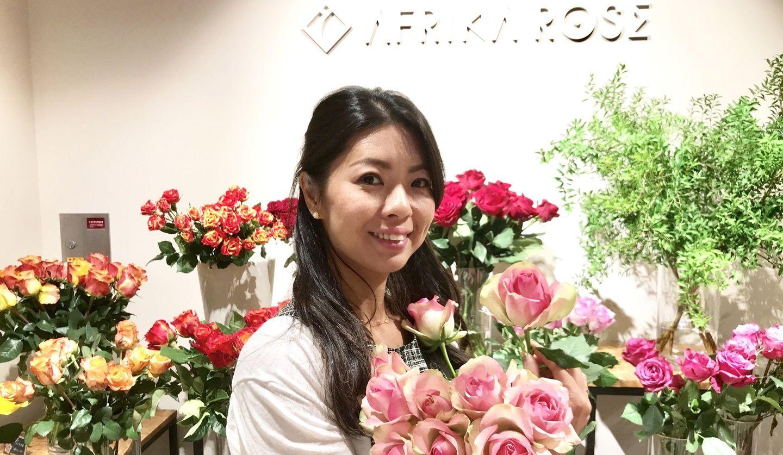 AFRICAN ROSEを抱えて微笑む萩生田愛さん