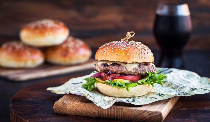 ハンバーガーの食べ方【NGマナー診断】肉厚や幅広ハンバーガーや、サイドメニューの正しい食べ方をテスト!