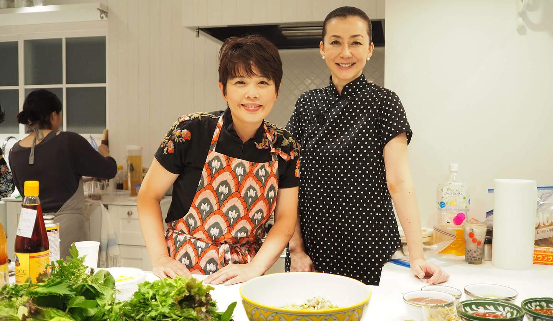 「kitchen.」のオーナーシェフ、鈴木珠美さんとハウス オブ ロータスの桐島かれんさん