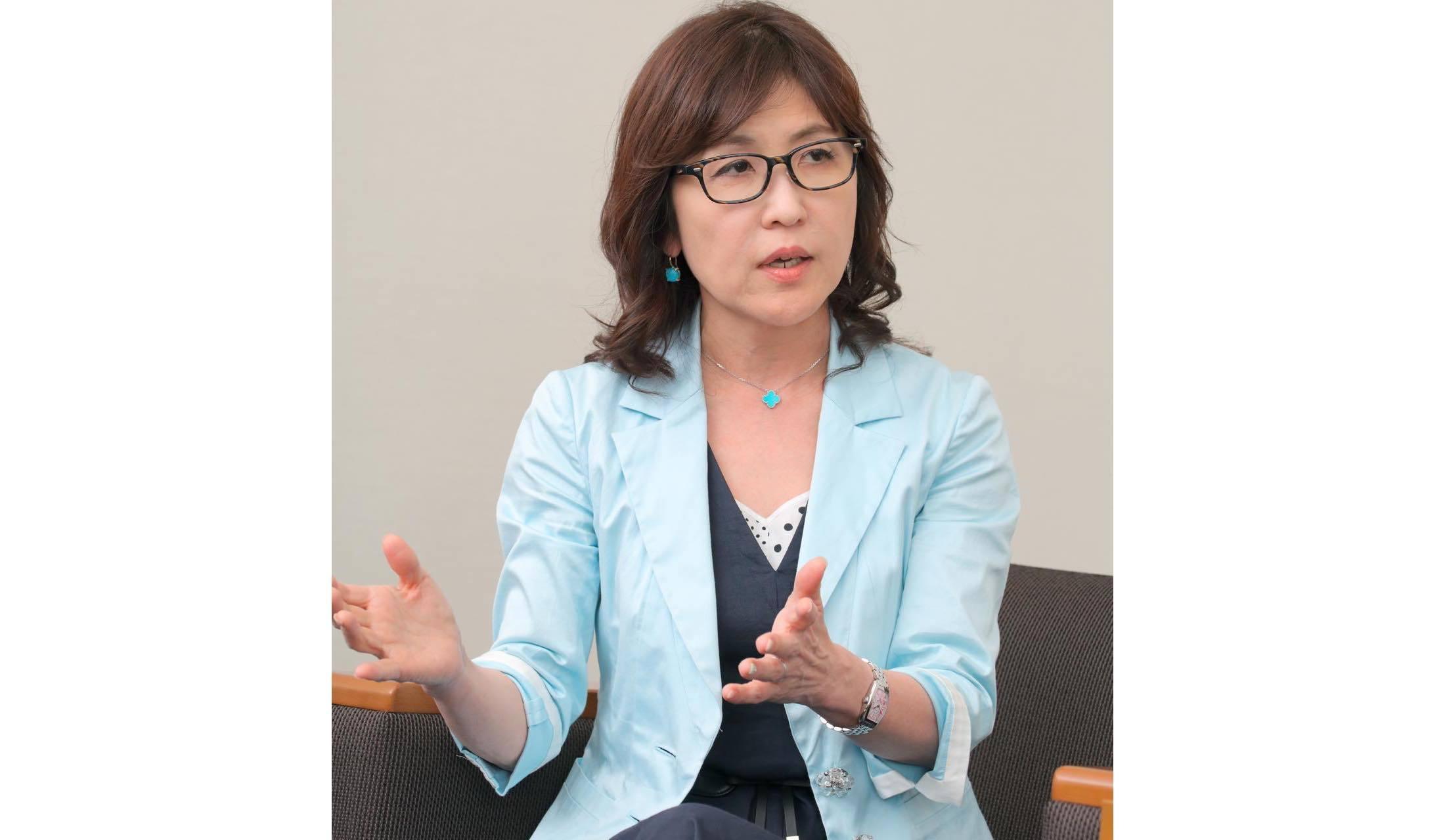 フランク ミュラーの時計を着用し、インタビューにこたえる稲田朋美前防衛大臣