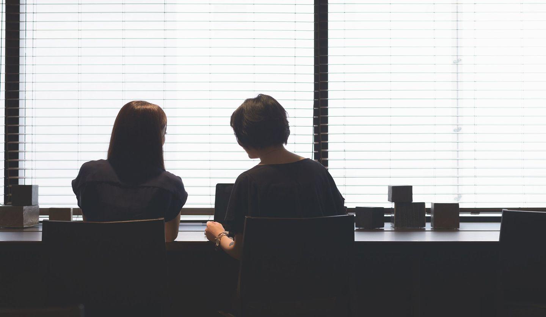 二人で話し合う女性
