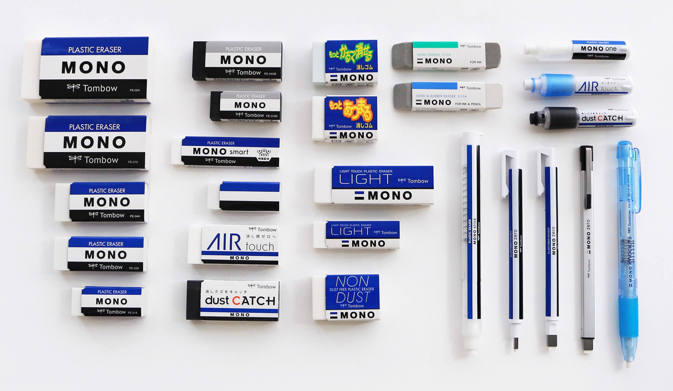 大小様々な青と白と黒のMONO消しゴムや、ブラックタイプ、ノンダストタイプ、モノゼロメタルタイプなどのMONO消しゴムが26個並べられている