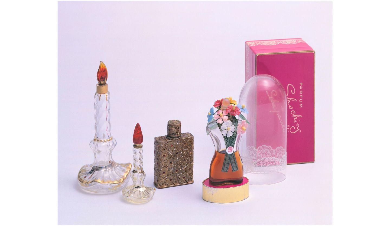 メゾンの世界観を表現した香水瓶約80点などが観られる展覧会