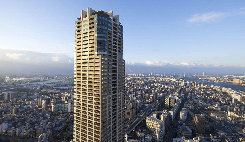 1件の高級タワーマンションの上階部分が写され、地上には高速道路が走っている