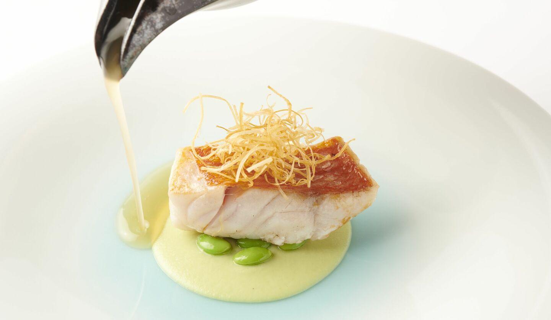 フードロス食材を使用したコースのメイン料理(魚料理)の「金目鯛 枝豆 ライムの香りのコンソメ」(フードロス食材:金目鯛、枝豆)