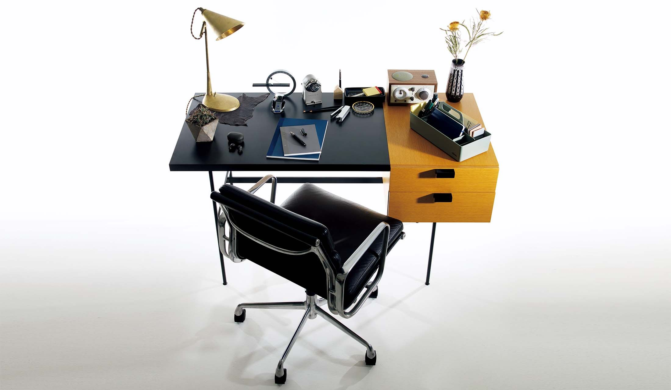 机に並べられた文房具たち