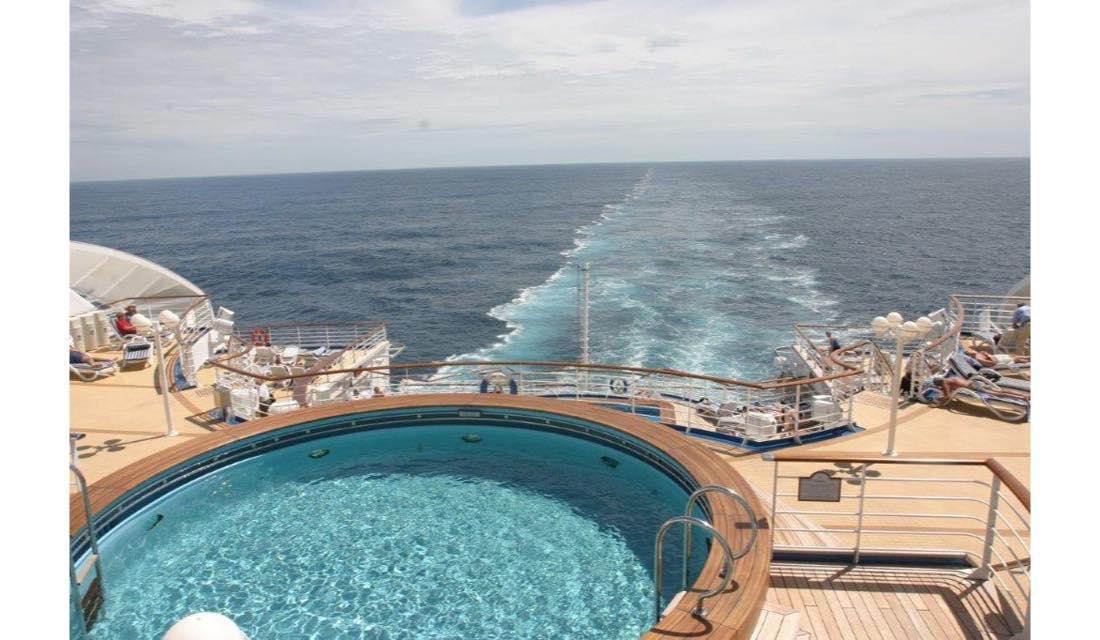 クルーズ乗船中にはプールで過ごすのが定番