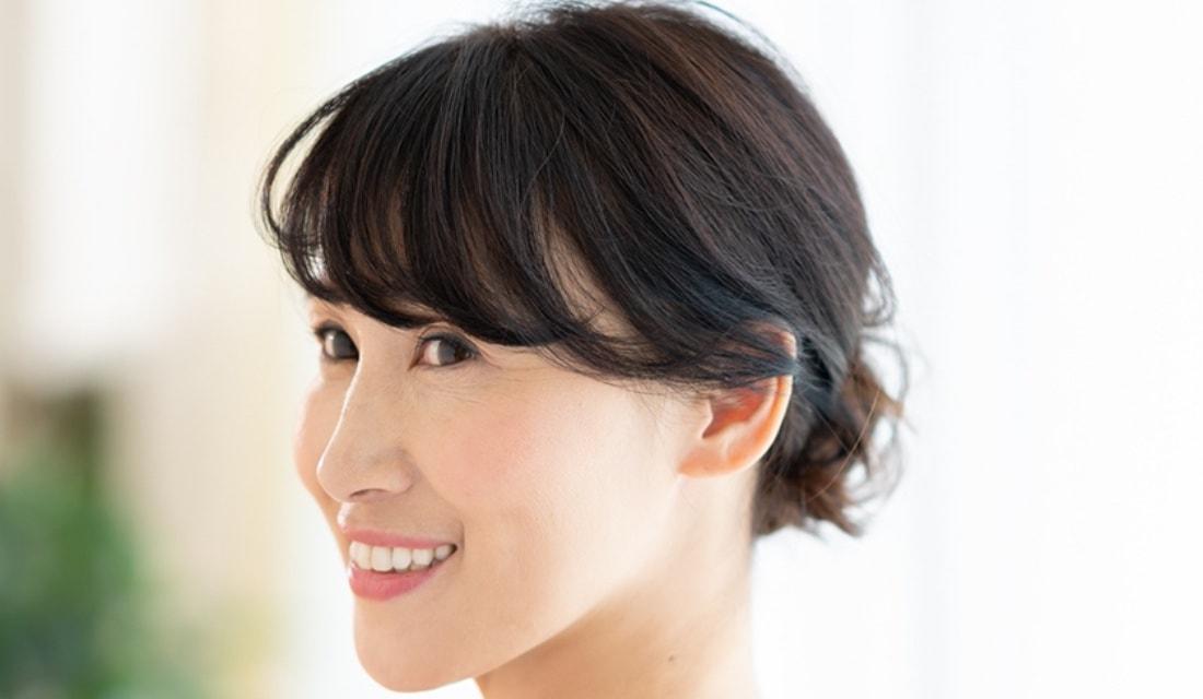 BEAUTRIUM PENIMSULA店の副店長・小山 貴さんが手がけたまとめ髪の女性