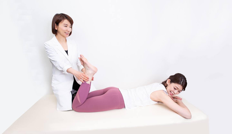 二人の女性 トレーニングの指導をしている