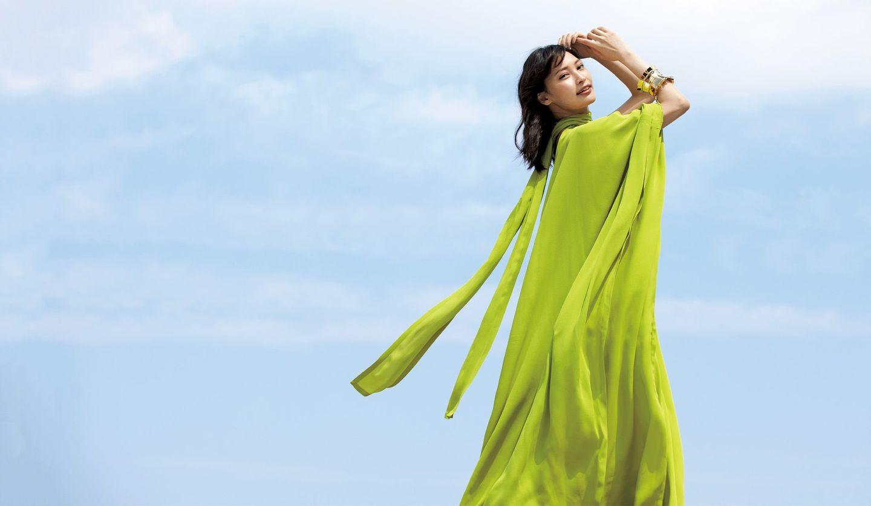 大政 絢さんとヴァレンティノのグリーンドレス