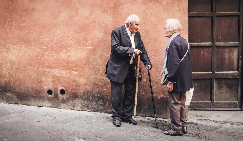 道端で話す二人の男性