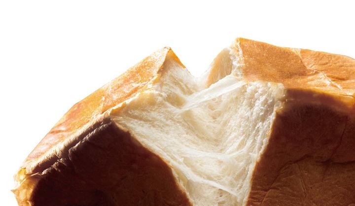 「あらやだ奥さん」の食パンをちぎっている画像