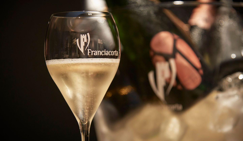 グラスに注がれたフランチャコルタ「マイオリーニ パドセ エムラベル2014」