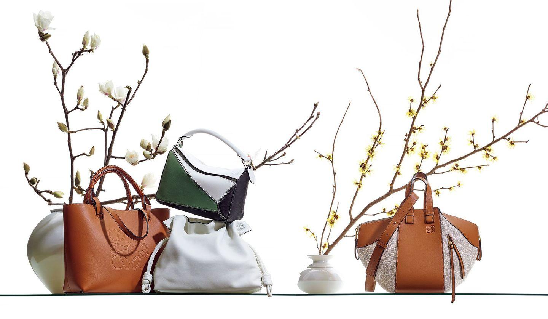 花瓶に活けた花を背景に飾られた「ロエベ」のバッグ4種