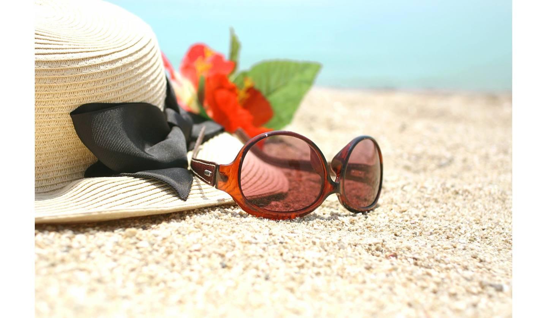 砂浜の帽子とサングラス