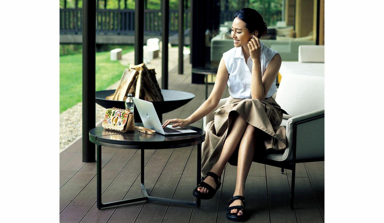 ディオールのシャツ¥159,500・スカート¥275,000・バッグ¥616,000・靴¥130,900・ディオール ファイン ジュエリーのブレスレット¥155,100(クリスチャン ディオール)