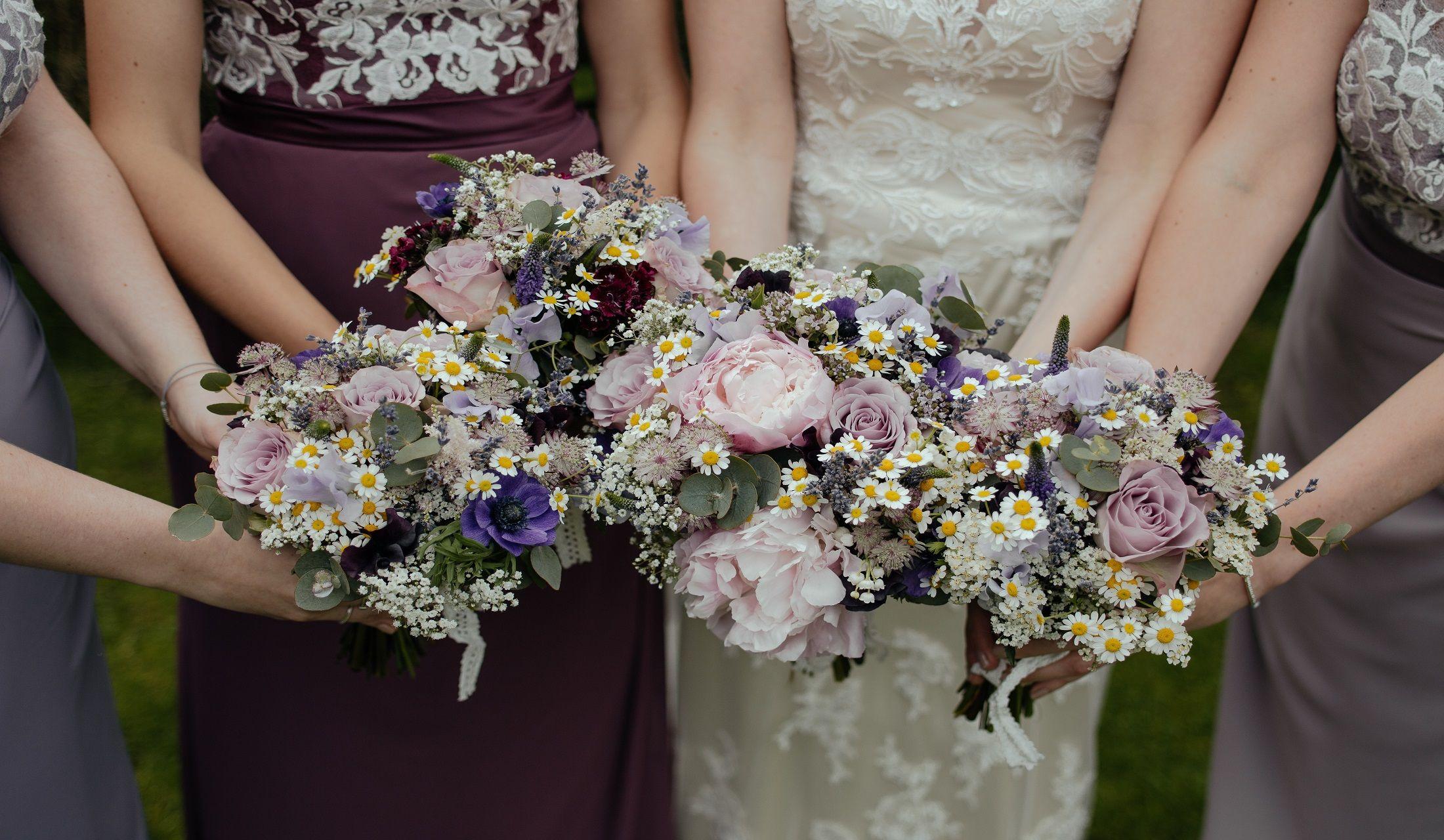 花束を持つ3人の女性
