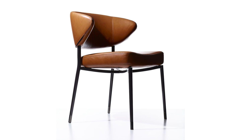 まるでオブジェのような佇いの、ミノッティの一人掛けの椅子「ミルズ」