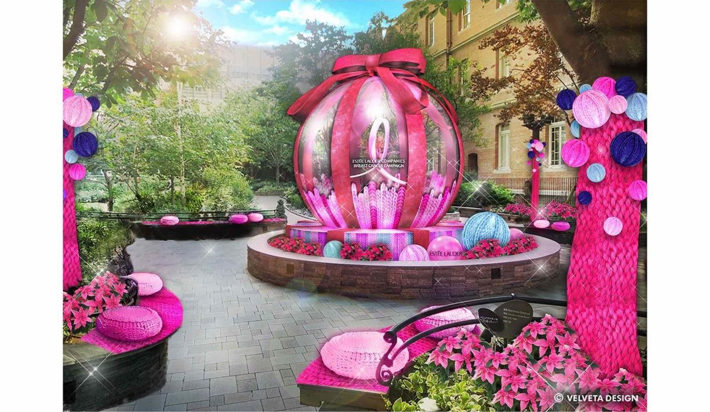丸の内ブリックスクエア庭園広場が、ピンク色のニットとバルーンでデコレーション