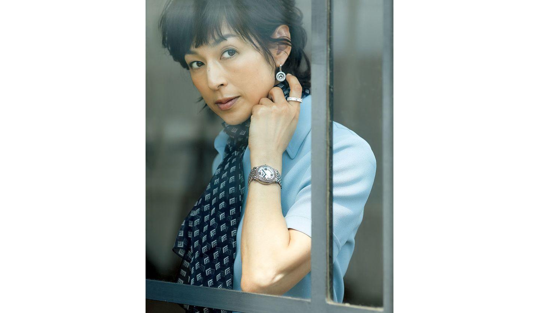 ショパールの時計を身に着けた鈴木保奈美さんの写真