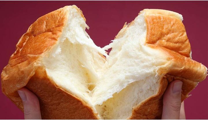 「乃木坂な妻たち」の食パンをちぎっている画像