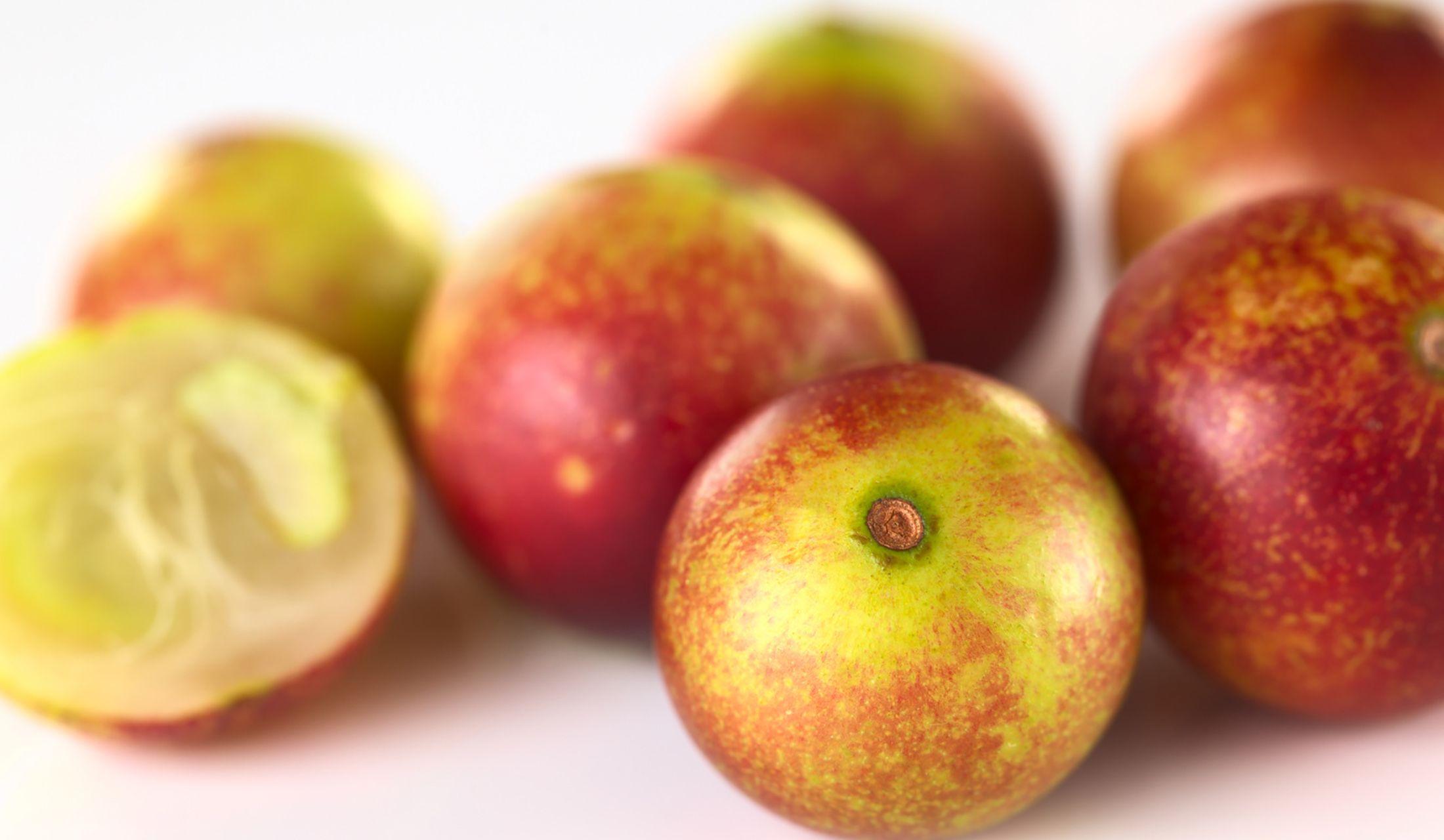 テーブルの上にあるカムカムの果実、カムベリー