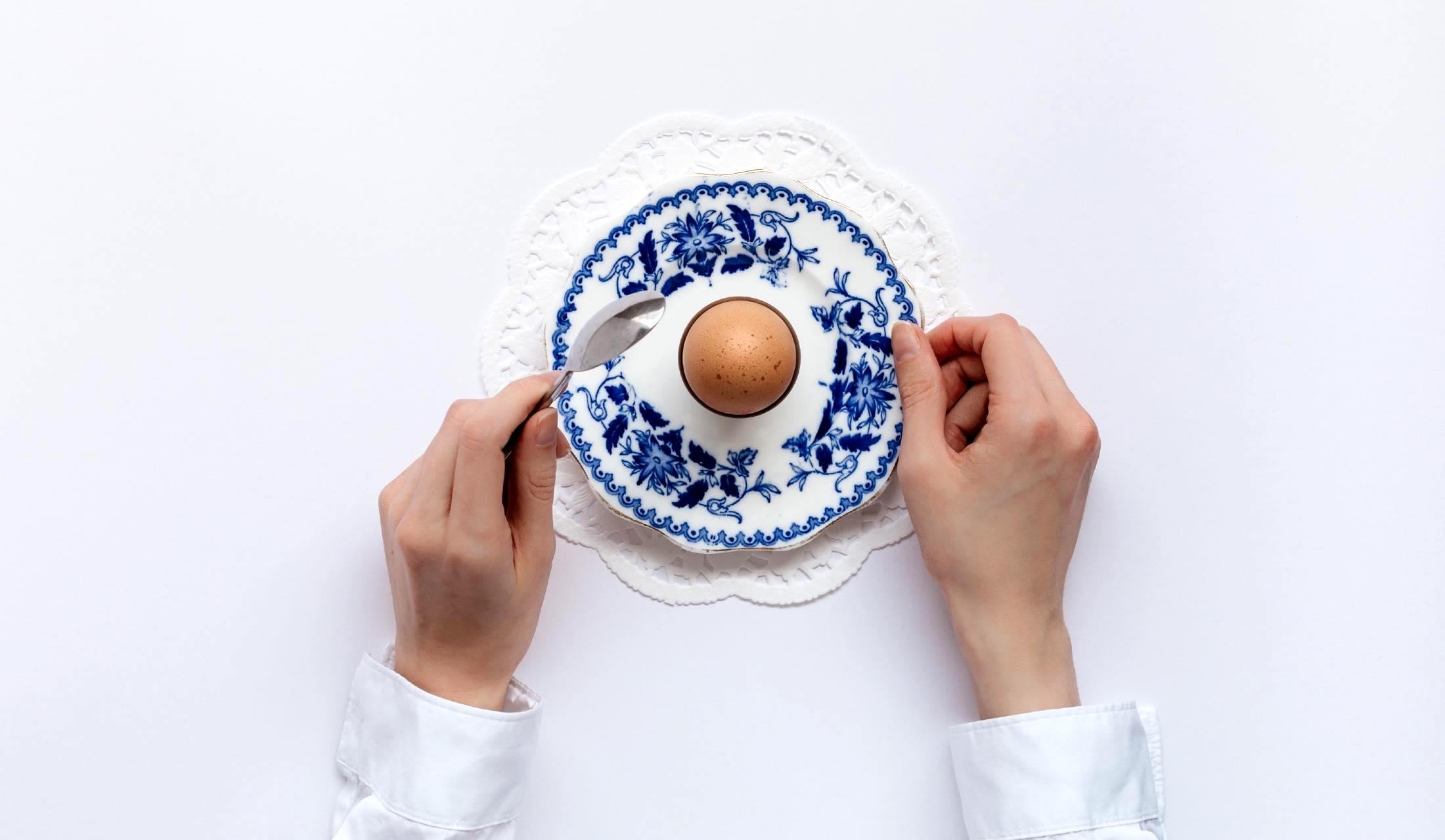 卵を食べようとしている人の手