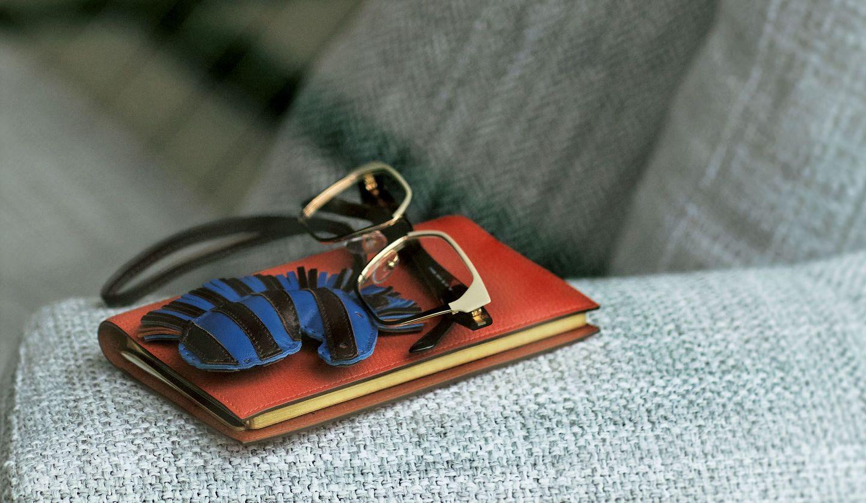 エルメスの手帳カバー・チャーム、プラダの眼鏡の写真
