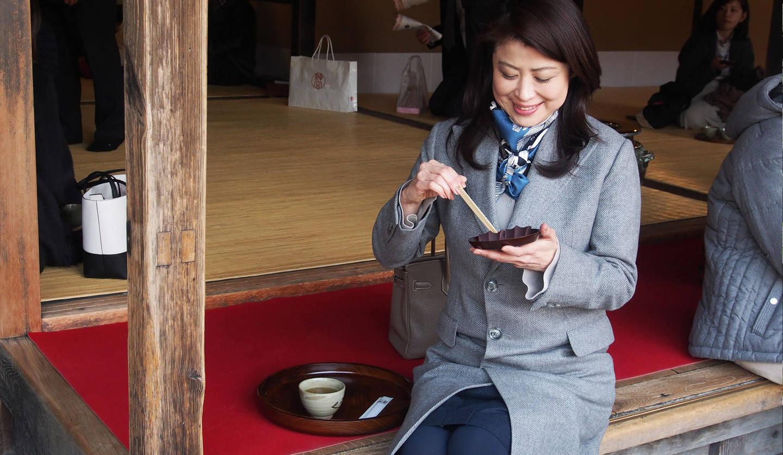赤福本店の店頭で、伊勢茶と赤福のセット「盆」をいただく