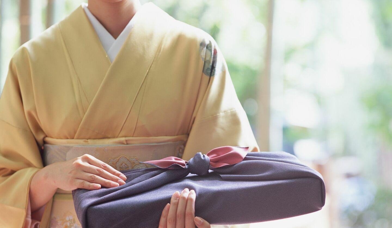 和傘を持つ着物女性