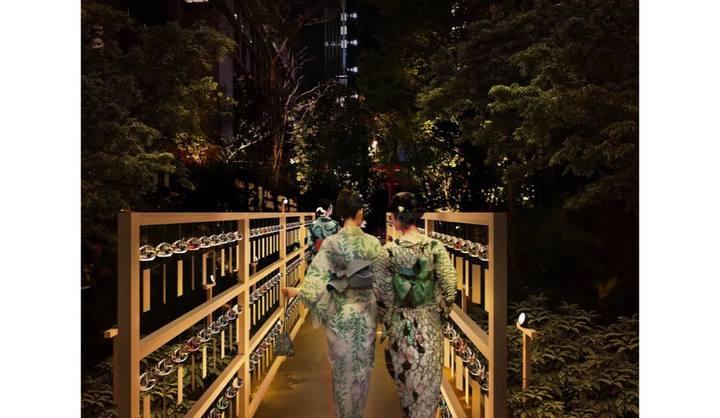 「森の風鈴小径」を歩く浴衣姿の女性たちの後ろ姿の写真