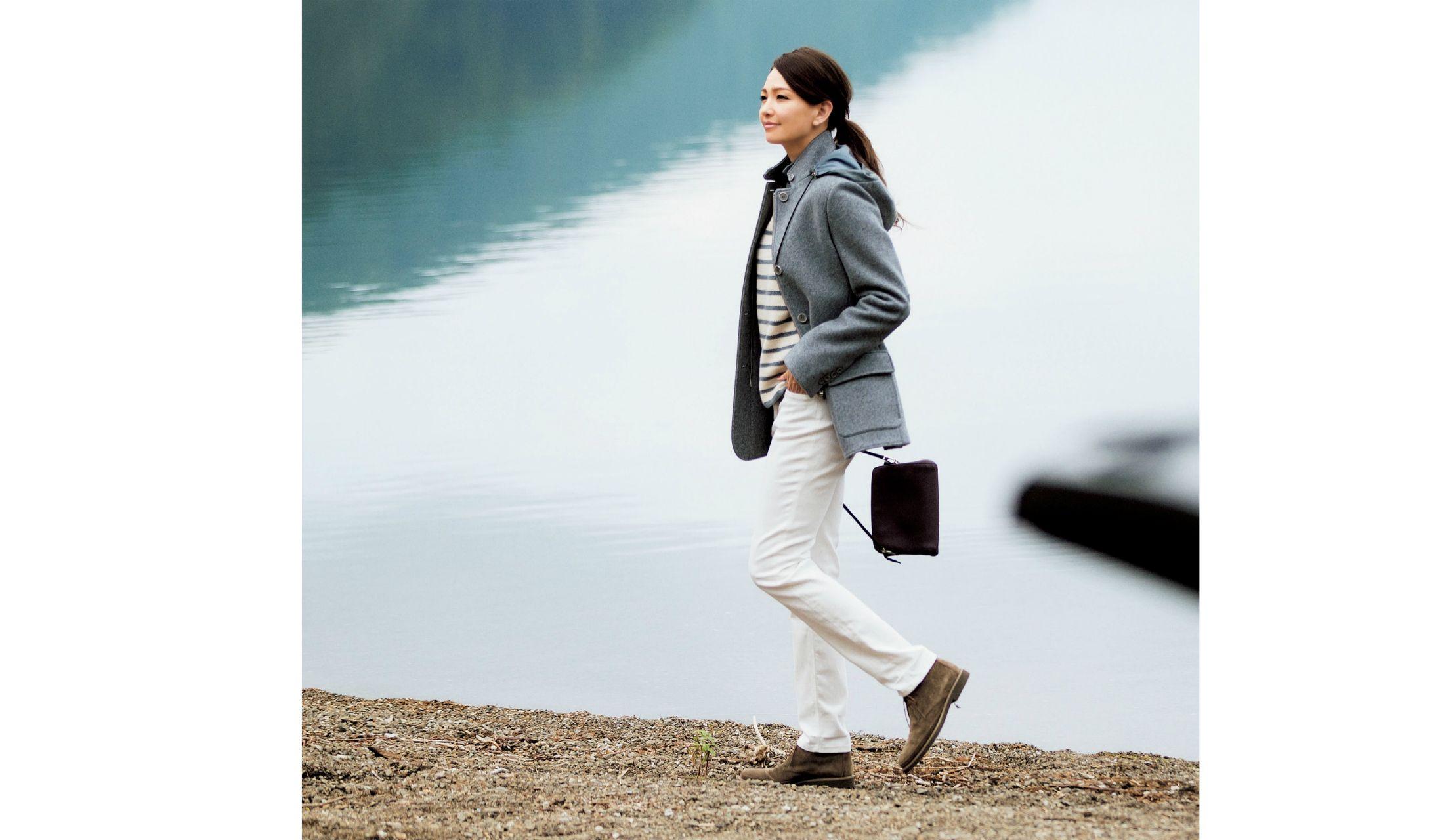 カシミアのドライビングジャケットを主役に湖畔を歩くモデルRINA