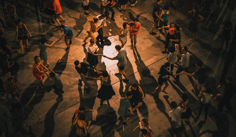 大勢の人がダンスを踊っているシーン