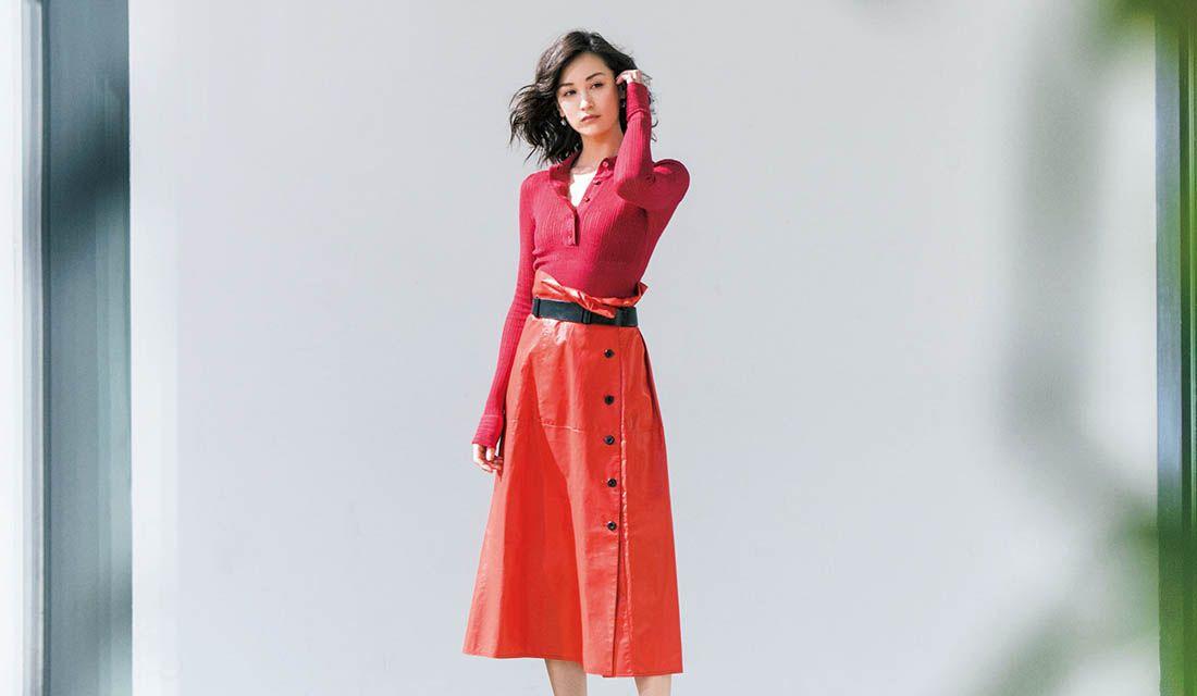 赤トップス、スカート、パンツ、ワンピースなどで合わせる大人春コーデ集