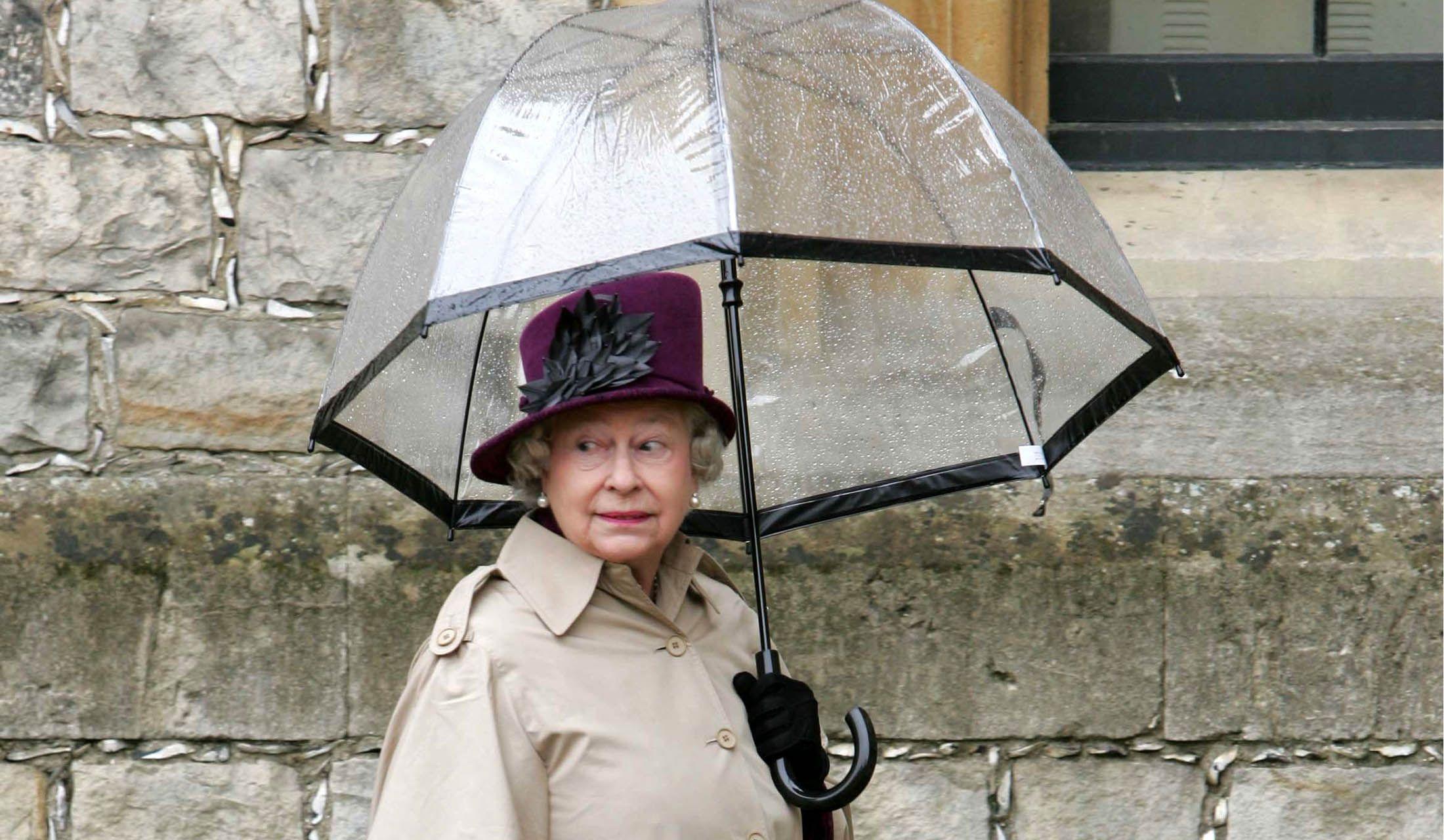 フルトンの傘を愛用するエリザベス女王