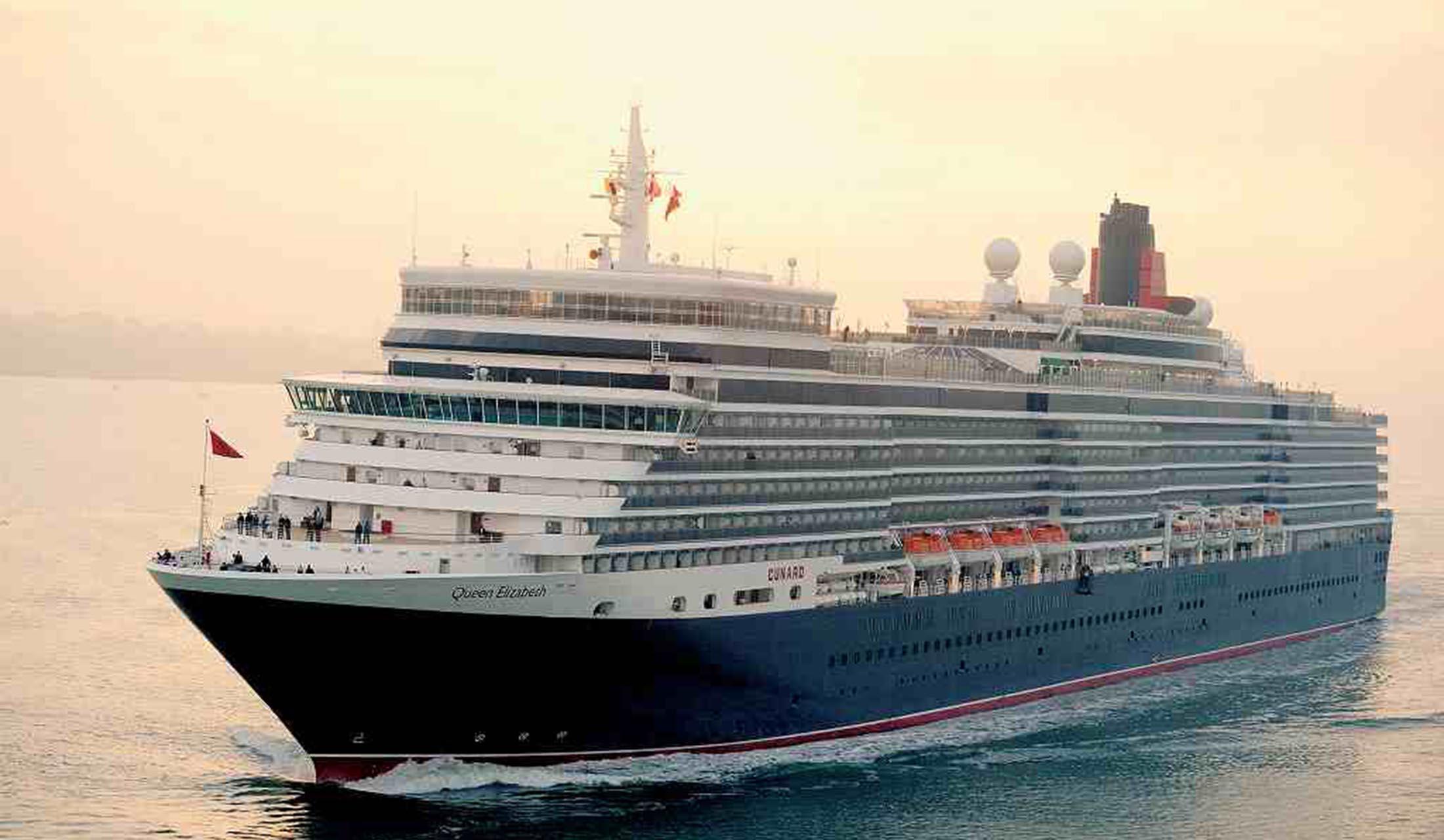 濃紺の船体と赤いファンネル(煙突)がシンボルの 「クイーン・エリザベス」