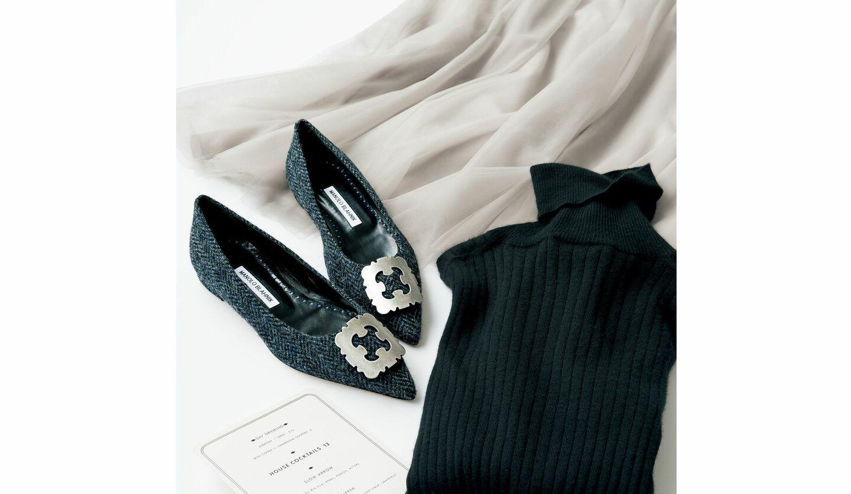 美人映えするマノロ ブラニクのフラット靴