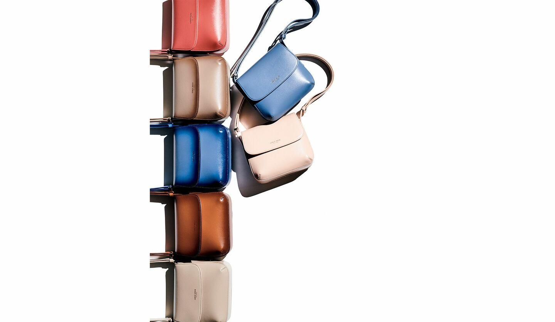 『ジョルジオ アルマーニ ラ プリマ』[縦16×横20×マチ12cm/ミラー付き]繊細な風合いと上品な艶のあるパルメラートカーフレザーのコーラル、ブルー、ピンクベージュ、グレージュの単色各¥198,000・今季の新作、グレージュ、ブルー、キャメルのグラデーション各¥264,000(ジョルジオ アルマーニ ジャパン〈ジョルジオ アルマーニ〉)